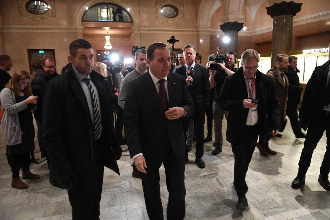 Stefan Löfven (S) på väg för att träffa riksdagens talman Andreas Norlén riksdagshuset.