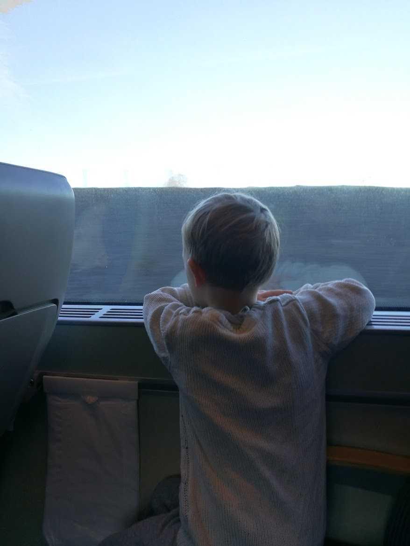 Yngsta barnet Ebbe, 6, älskar att åka tåg.