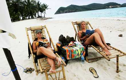 Det är sista semesterdagen för systrarna Carola och Sofia Froby, och de kopplar av med varsin pocketbok på stranden på Koh Rayang. För den som vill lyxa till det lite extra går det att hyra hela ön för runt 3500 kronor per dygn.