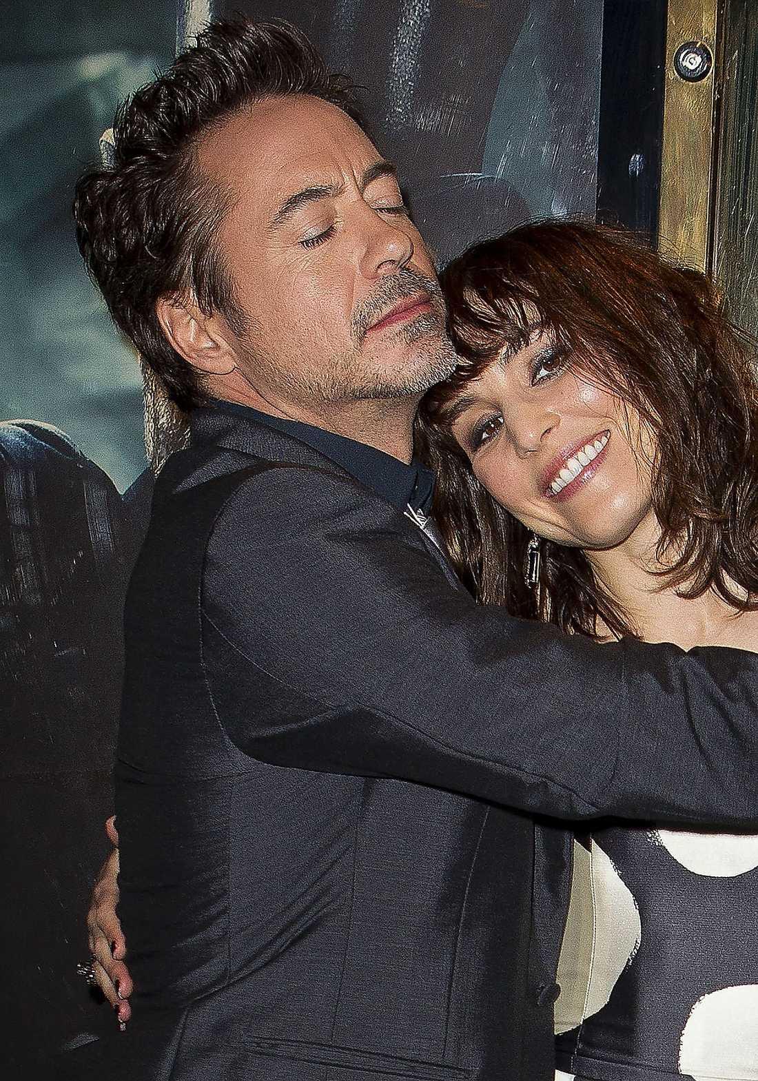 """SHERLOCKS TJEJ  Robert Downey Jr visar på en presskonferens hur mycket kompis han blev med Noomi Rapace under inspelningen av """"Sherlock Holmes 2""""."""