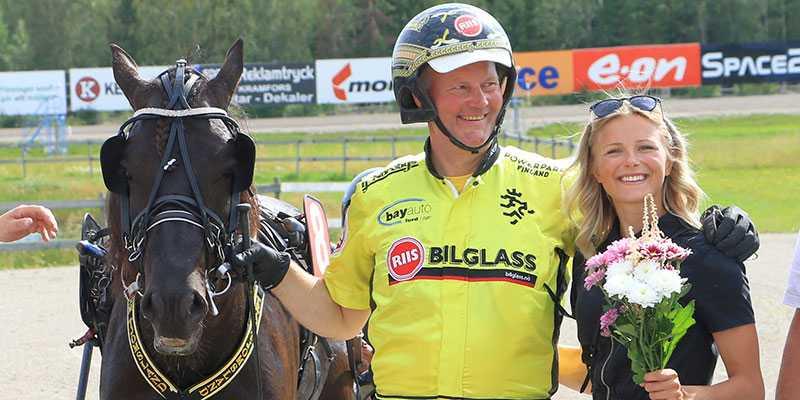 Skidstjärnan Frida Karlsson är nybliven delägare i Grisle Odin G.L. som är jättefavorit till segern i Svenskt Kallblodskriterium, V75-4. Här tillsammans med Öystein Tjomsland efter Grisle Odin G.L:s seger i uttagningsloppet.