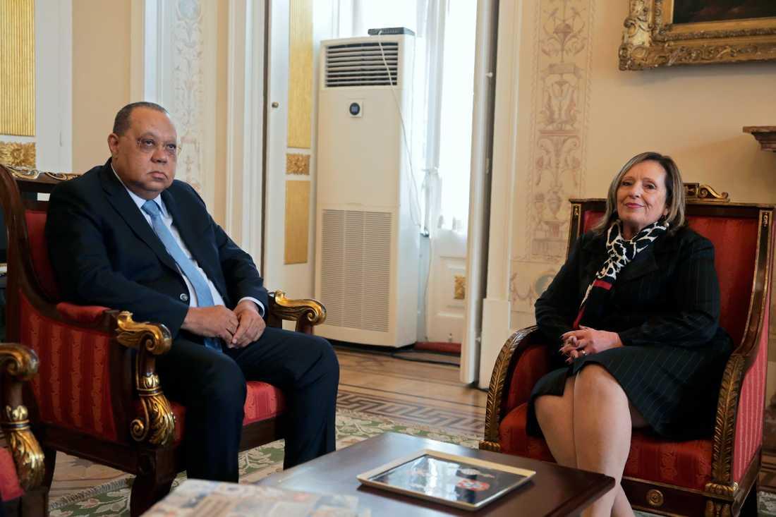 Angolas riksåklagare Hélder Pitta Grós i möte med sin portugisiska kollega Lucília Gago i Lissabon i torsdags.