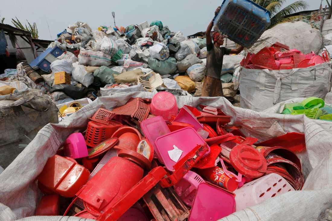 Plastskräp innehåller värdefulla kolföreningar som inte ska eldas upp, utan återvinnas, menar svenska forskare.
