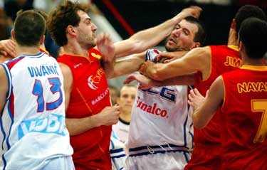 Heta känslor Matchen mellan Spanien och Serbien-Montenegro urartade i slutminuten.