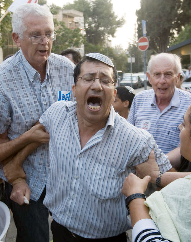 """Bråk En israelisk bosättare och israeliska aktivister från fredsorganisationen """"Peace Now"""" började igår bråka om den nya planerade bosättningen."""
