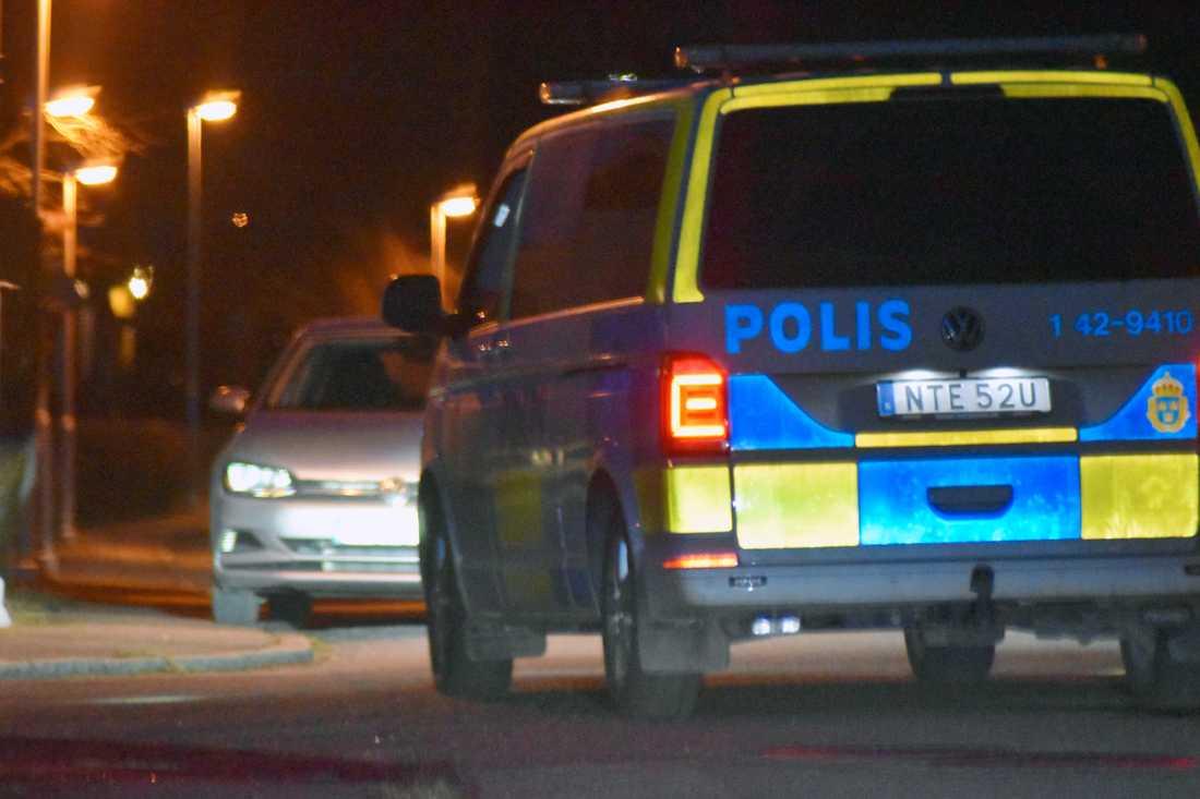 Polisen arbetar utifrån att sprängladdningen var riktad mot en gängkriminell man.