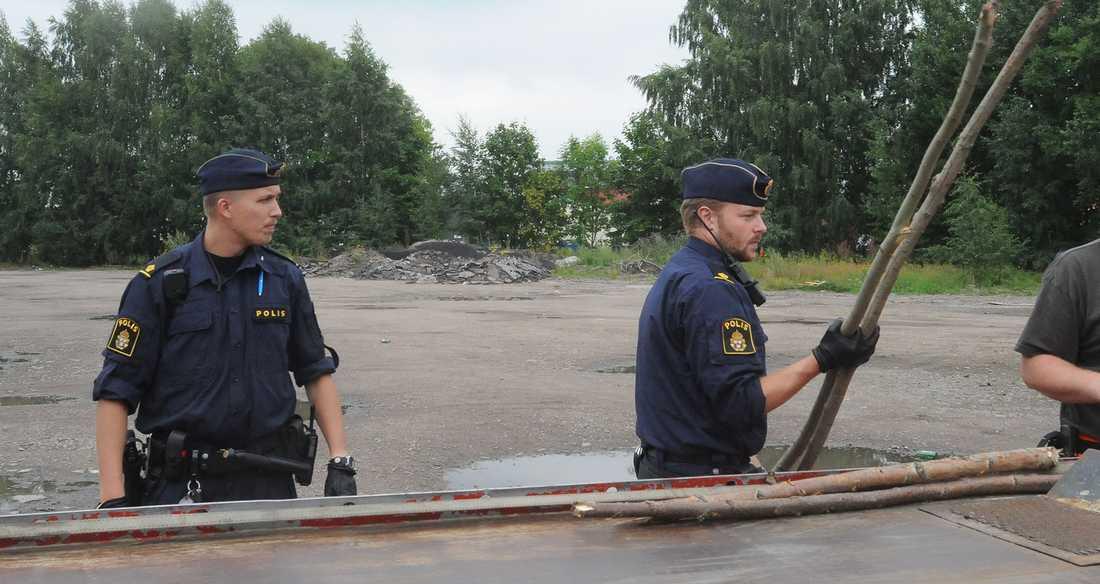 Polisen med några av de påkar som användes.