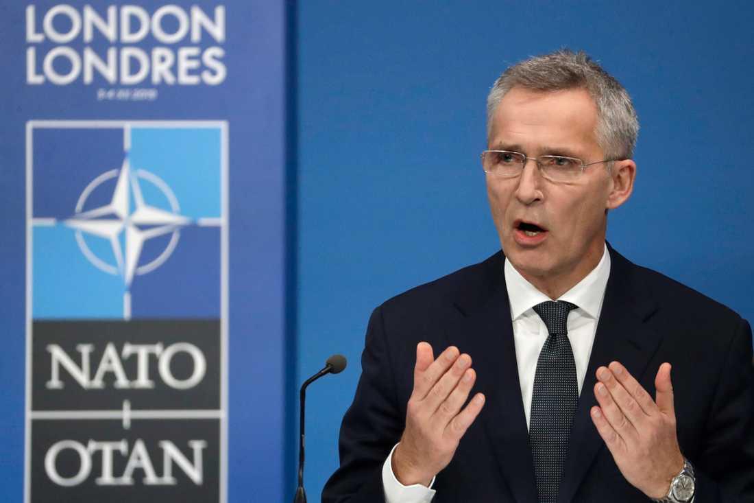 Natos generalsekreterare Jens Stoltenberg talar på presskonferensen efter toppmötet i Watford utanför London.