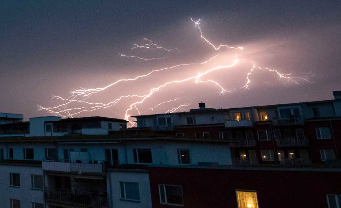 En blixt sprider ut sig på himlen över Malmö på tisdagsnatten.