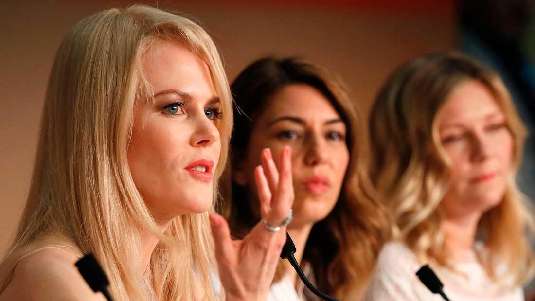 "Nicole Kidman, Sofia Coppola och Kirsten Dunst (R) pratar om filmen ""The Beguiled"" på filmfestivalen i Cannes."