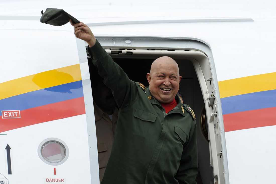 Chavez vinkar när han landar i Venezuela i oktober 2011 efter en tids cancerbehandling utomlands.