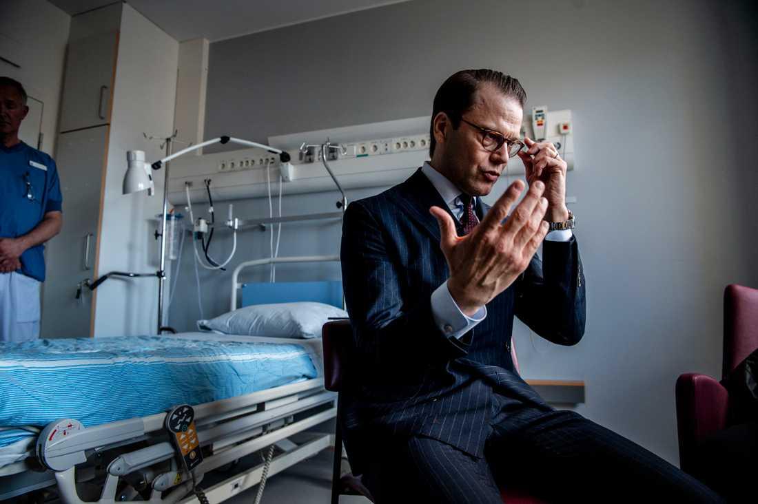 Prins Daniel besöker transplantationskirurgiska kliniken på Karolinska Universitetssjukhuset i Huddinge tio år efter att han själv genomgick en njurtransplantation.