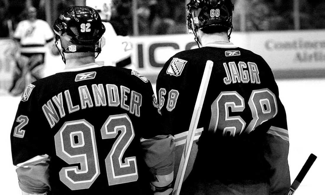 Jagr samtalar med Nylander i en match mot New Jersey Devils i november 2005.