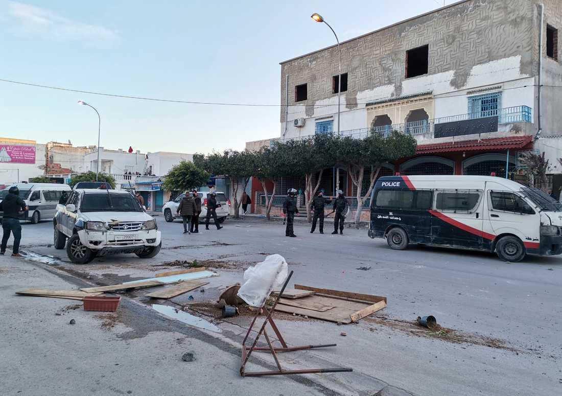 Polis och demonstranter i Ben Arous i Tunisien i söndags.