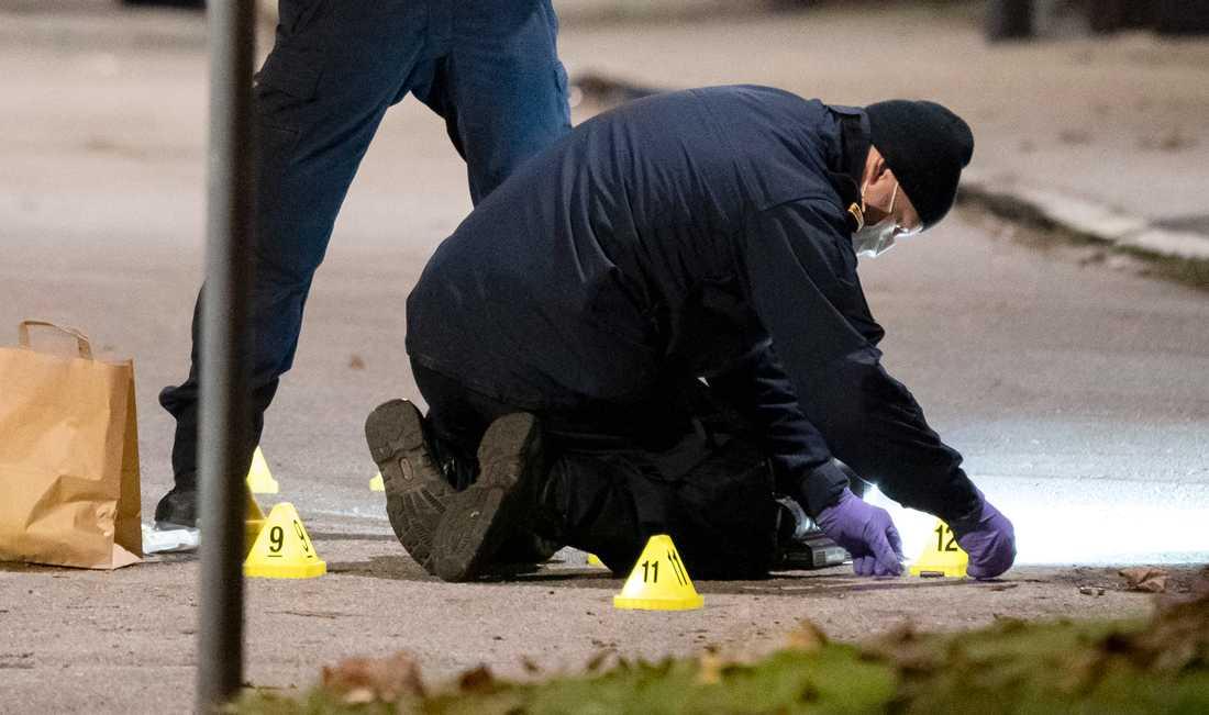 Kriminaltekniker arbetar under natten till tisdagen innanför avspärrningarna efter en skottlossning på Jöns Risbergsgatan.