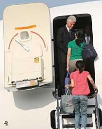 Bill Clinton hälsade de frisläppta journalisterna välkomna på planet mot USA.