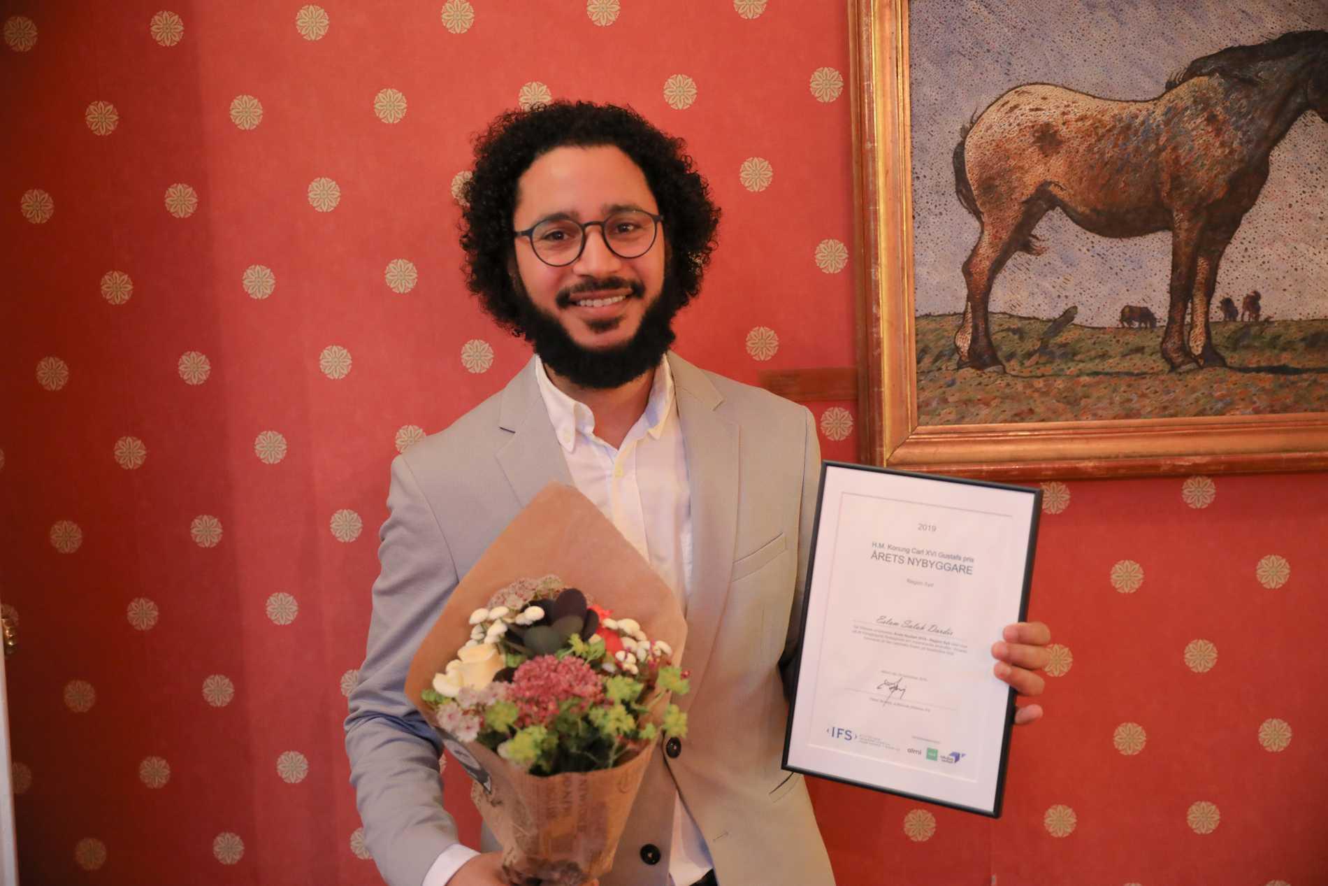 Eslam Salah efter att juryn tilldelat honom priset.