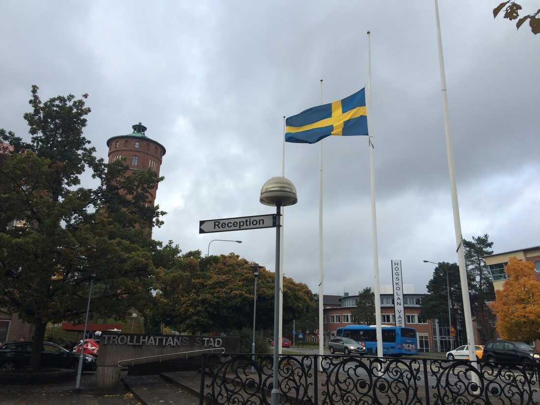 Kommunhuset i Trollhättan flaggar på halvstång.