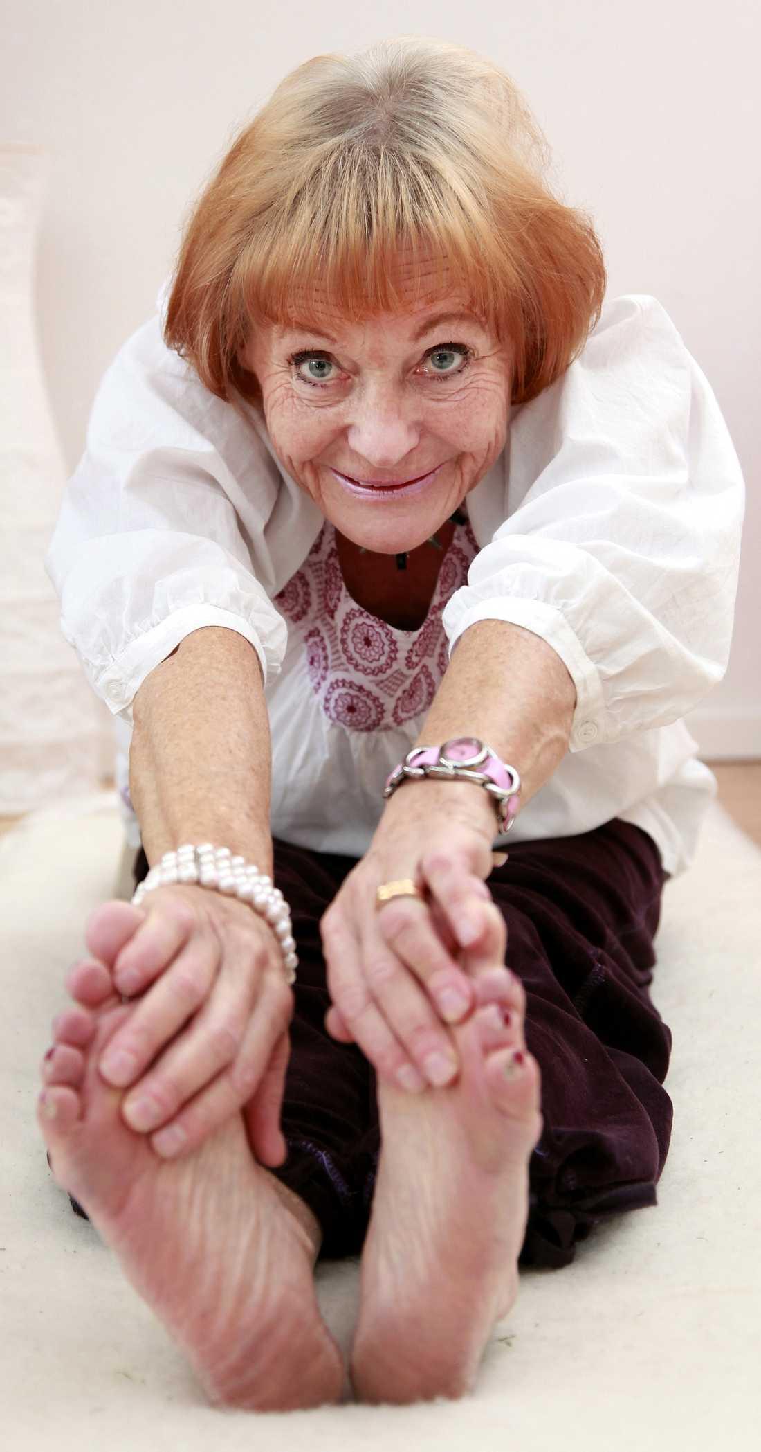 Christina Bäckman gör yogaövningarna varje dag och de håller henne frisk. Danderyds sjukhus är just i färd med att starta en studie på patienter med förmaksflimmer.