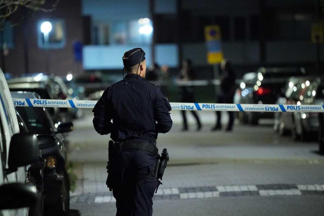 Polis har spärrat av ett större område i Malmö efter att en man på söndagskvällen hittats skottskadad.