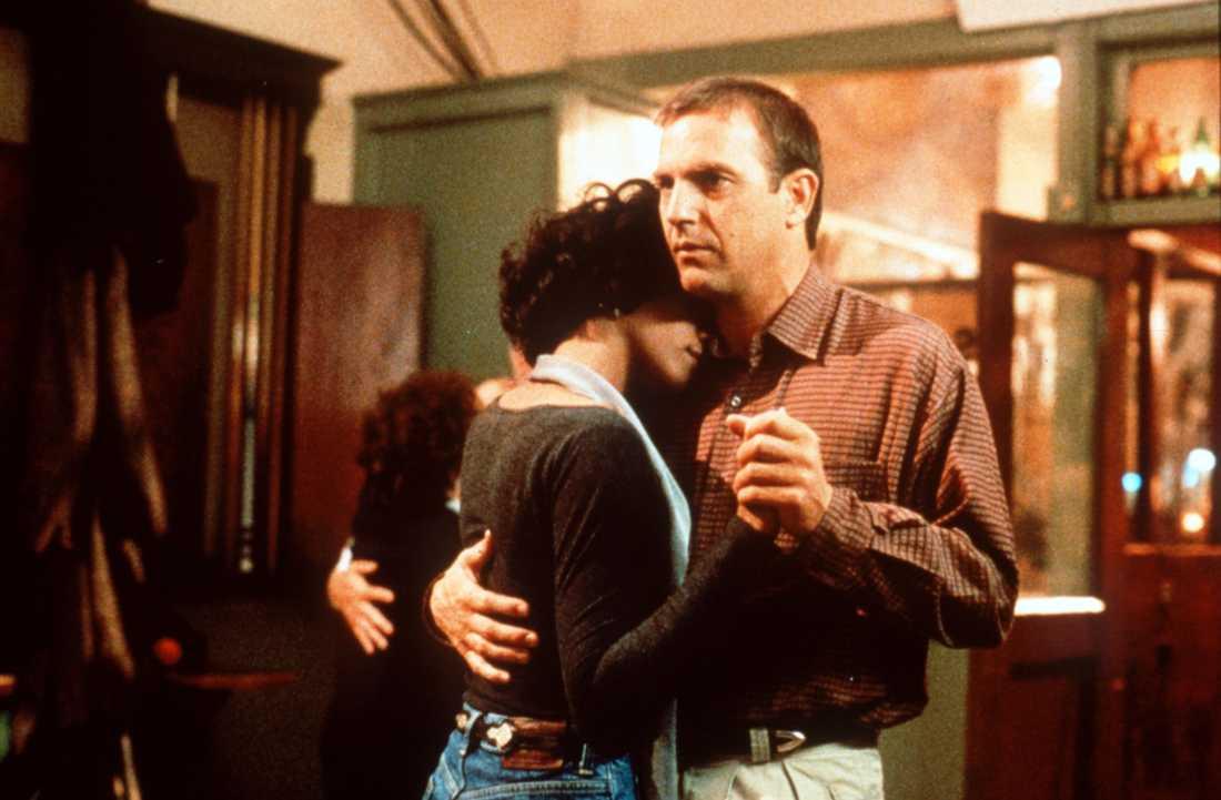 """SLOG REKORD Filmdebuten i """"The Bodyguard"""" mot Kevin Costner blev en enorm succé. Musiken till filmen – med bland annat jättehiten """"I will always love you"""" – blev det mest sålda soundtracket någonsin."""