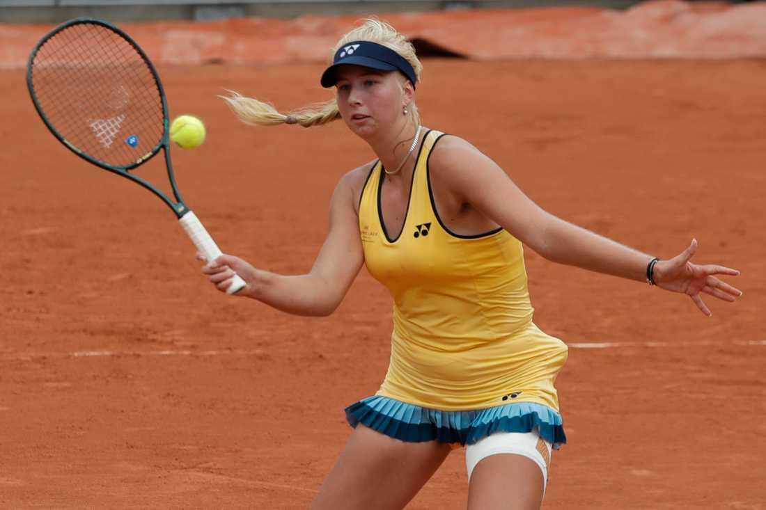Danskan Clara Tauson, 17, debuterade i Franska mästerskapen med att slå ut amerikanskan Jennifer Brady i första omgången.