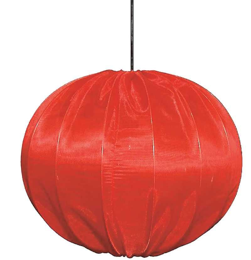 Röd taklampa i organza, finns i flera storlekar och färger hos www.inreda.com, storleken 40 cm i diameter kostar 1810 kr.