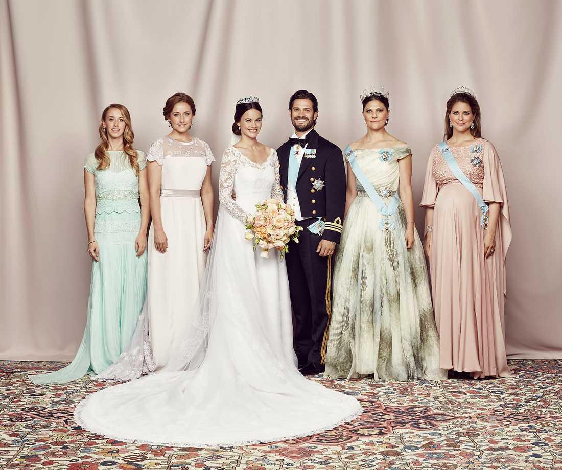 Prinsparet med syskon: Sara Hellqvist, Lina Hellqvist, prinsessan Sofia, prins Carl Philip, kronprinsessan Victoria, och prinsessan Madeleine.