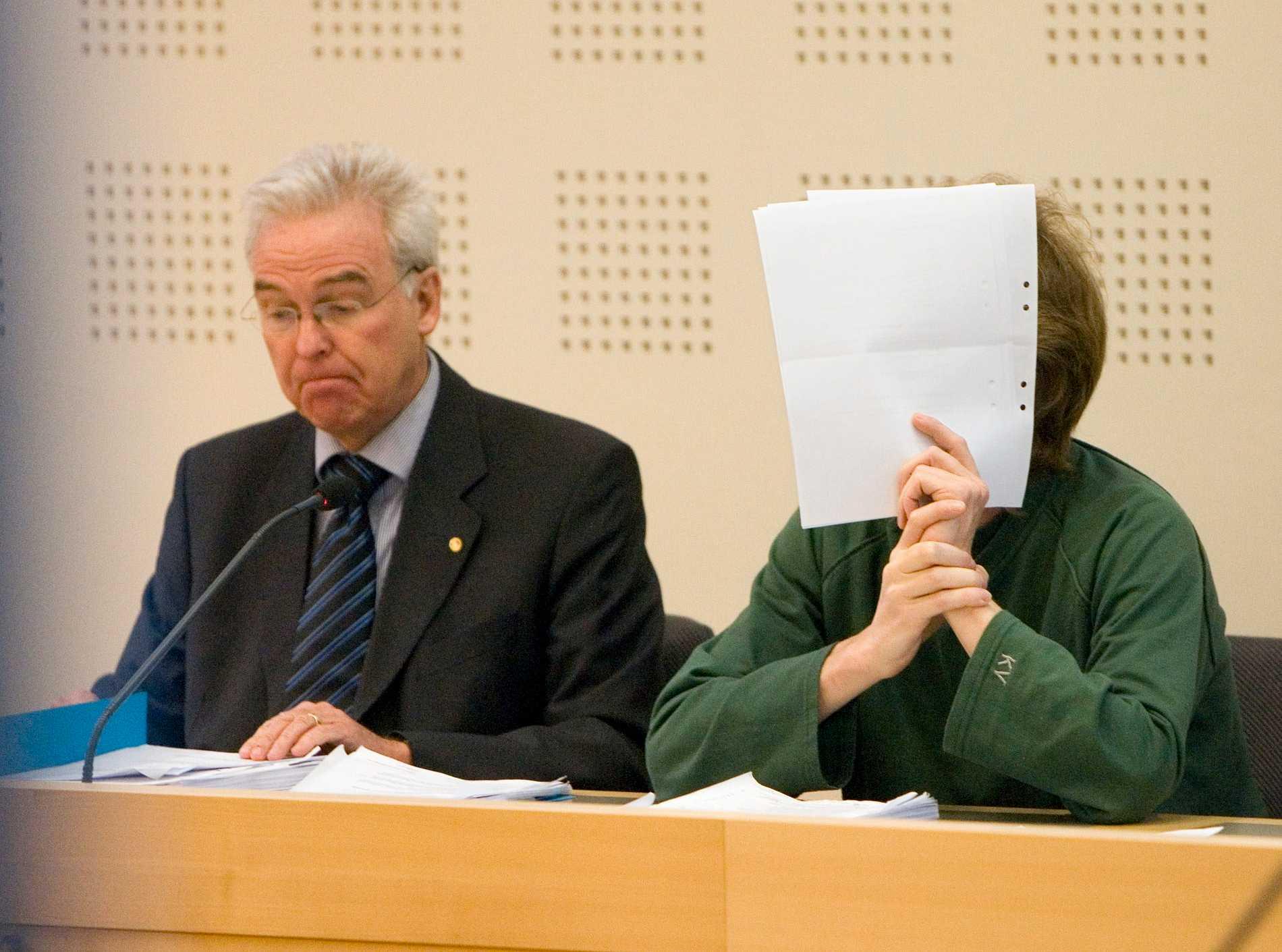 Gryningspyromanen med sin advokat vid en rättegång 2009. Arkivbild.