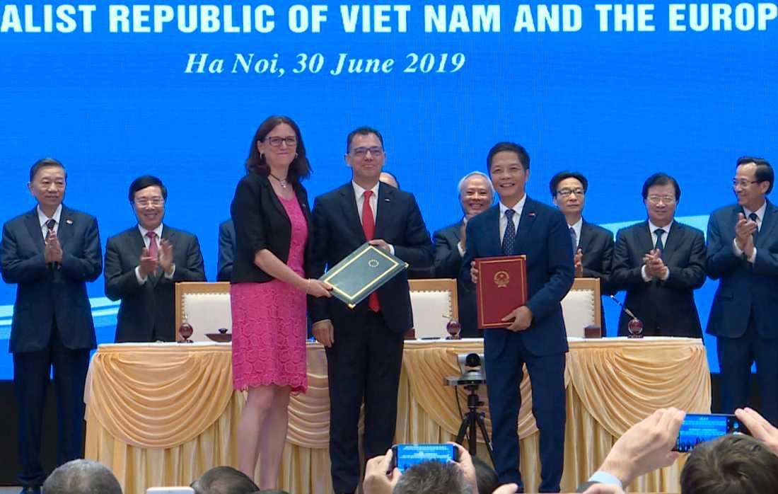 EU:s tidigare handelskommissionär Cecilia Malmström tillsammans med Vietnams handelsminister Tran Tuan Anh vid ett möte i Hanoi i somras. Arkivbild.
