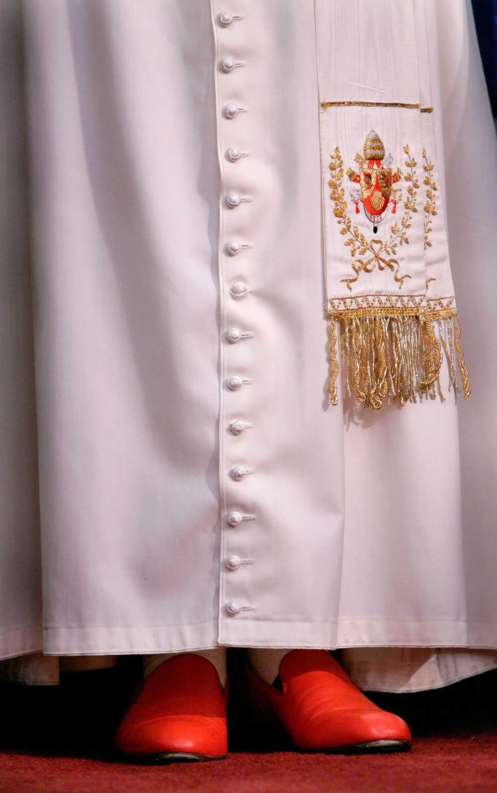 Påven i ett par eleganta röda skinnskor.