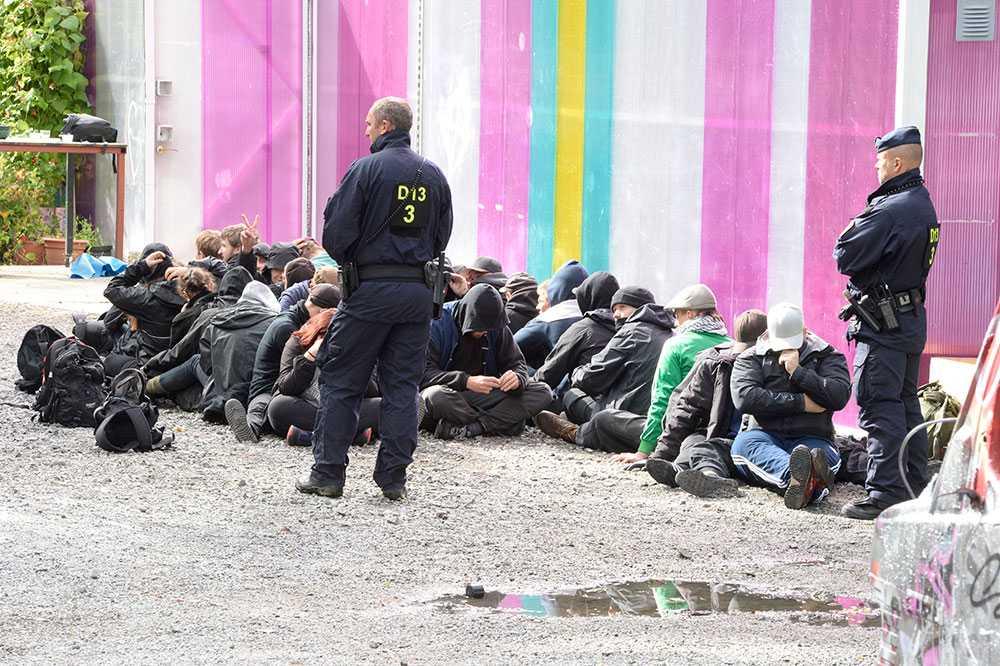 Ungdomarna visiterades och fördes bort från platsen.