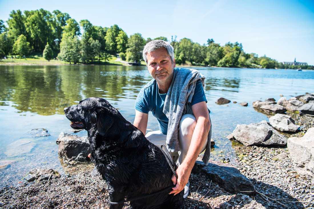 Peter Lindbloms hund älskar att bada.