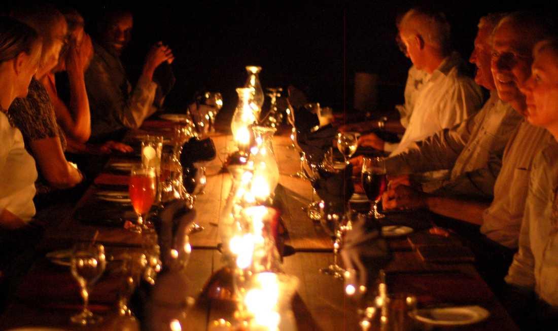 Middag på verandan i Selinda Camp. På de flesta camper äter alla gäster tillsammans.
