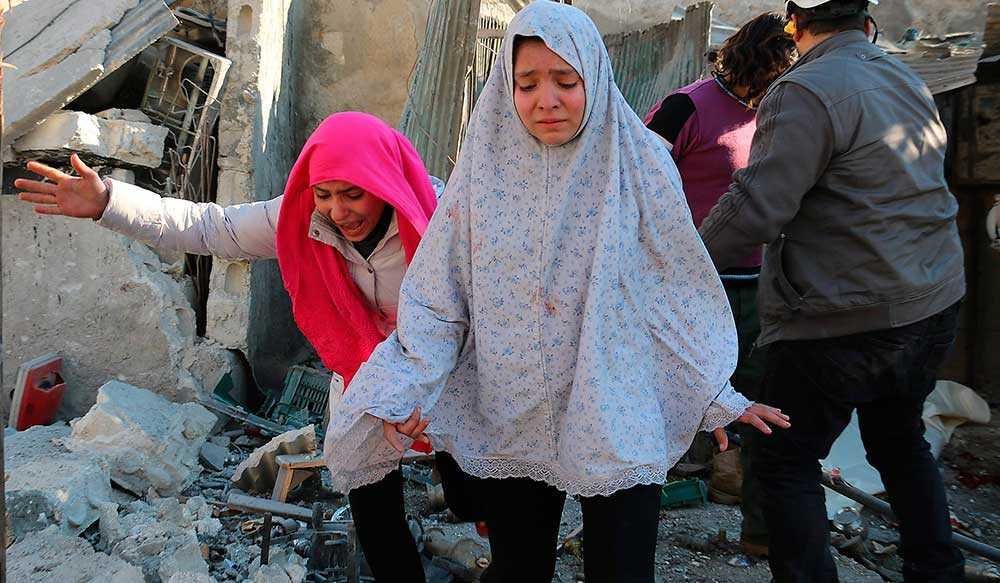 FLYR SLAKTEN Assad slaktar sin egen befolkning med hjälp av ryskt stridsflyg. De som lyckas ta sig ut kommer till en stängd europeisk gräns där tälten inte räcker till och barn tvingas sova på marken i kylan.