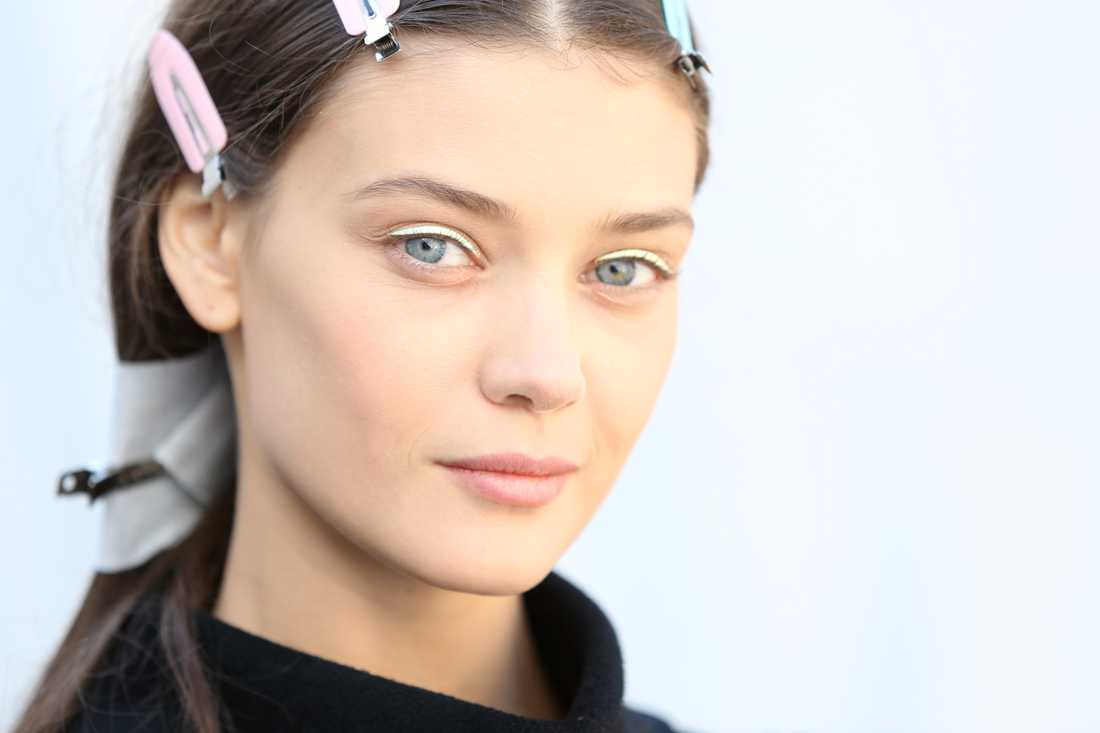 Modell backstage på Dior