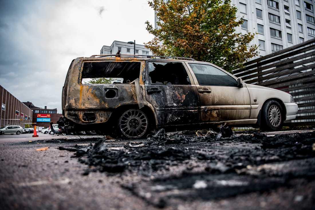 Förödelsen vid Frölunda torg efter gårdagens många bilbränder.