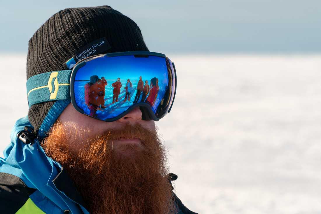"""""""Livet och arbetet ombord är gott och vi jobbar på utan restriktioner och social distansering, förutsatt att väder, is och isbjörnsvakterna tillåter"""", berättar Adam Ulfsbo från havsisen i Arktis."""