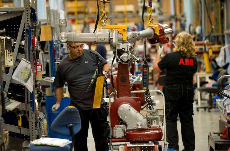 DYR KRAFTDe svenska arbetskraftskostnaderna ökade mer än omvärldens under förra året, och den svenska kronan är så stark att den närmast utgör ett hinder för den svenska exportindustrin.