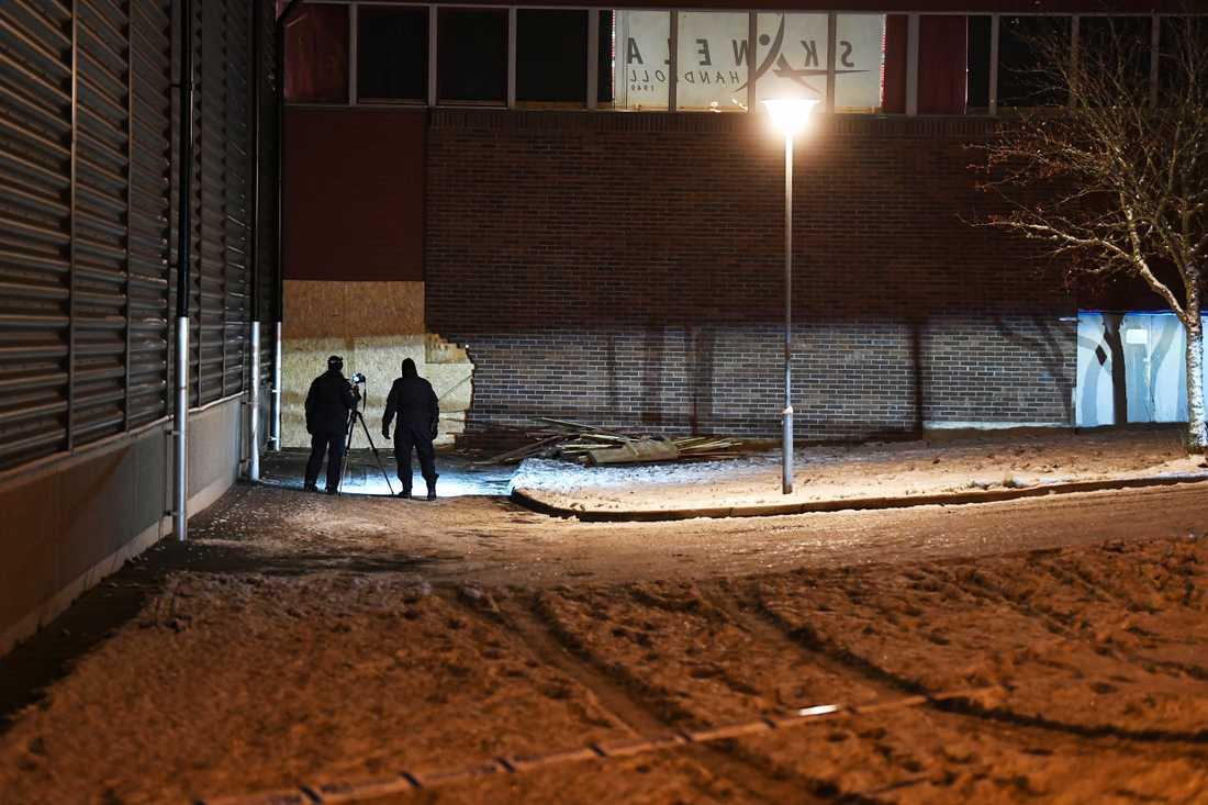 Polisens tekniker vid idrottshallen i Märsta under söndagskvällen.