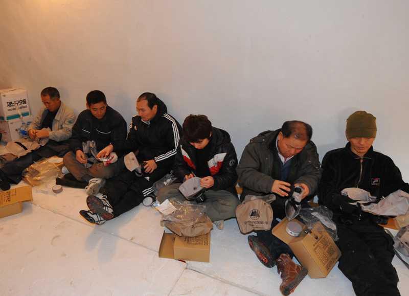 Sydkoreaner sitter i ett skyddsrum i Yeonpyeong dit de tagit sig under militärövningen.