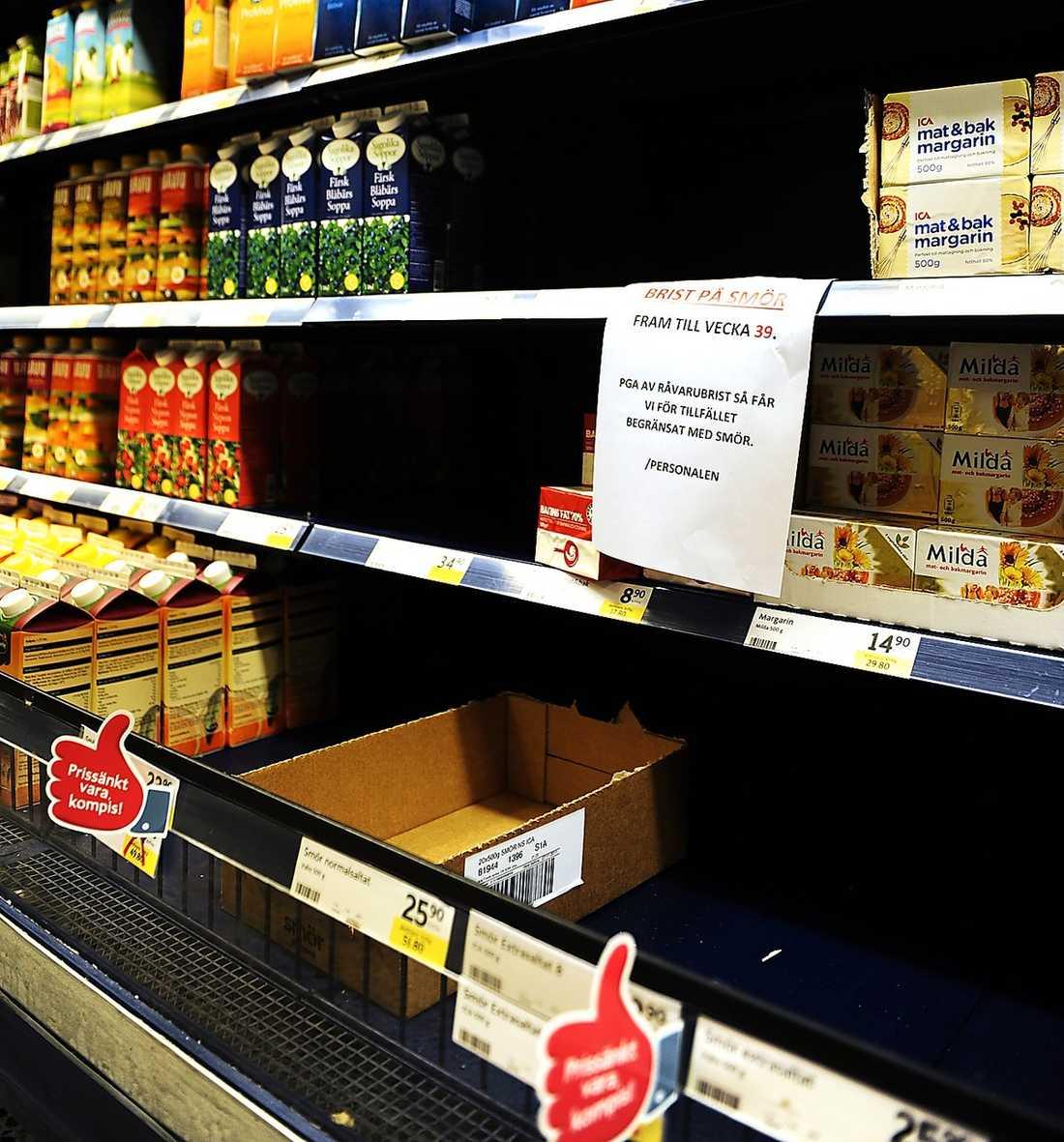 HYLLORNA MJÖLKAS UR Leila Lindholm tillhör klicken kockar som brer på med massor av smör i tv-rutan. Resultatet: Svenskarna tycker att fett har blivit hett. Och nu gapar hyllorna tomma efter smör.