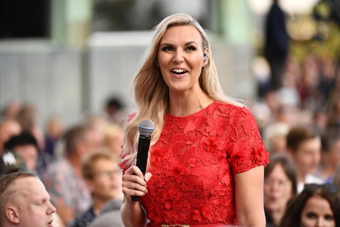 """Sanna Nielsen leder """"Allsång på Skansen"""", som återigen hamnar överst på tv-toppen."""