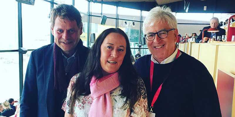 Här är paret som tog hela potten på V86,  Thomas Nilsson och Eva Svensson, tillsammans med ATG:s vinnarambassadör Hans G Lindskog.