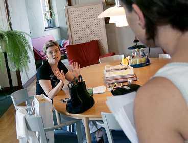 Vill inte höra stockholmarnas åsikter Aftonbladets reporter försöker överlämna läsarnas protester mot de stinkande sophögarna till borgarrådet Annika Billström. Men hon bara slår ifrån sig – och hänvisar till kollegan Viviann Gunnarsson.