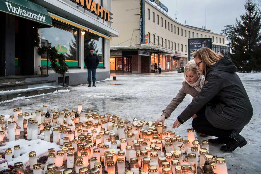 Niina Viljakainen, 40 och Sari Suhonen, 33, sätter ned ljus vid platsen.
