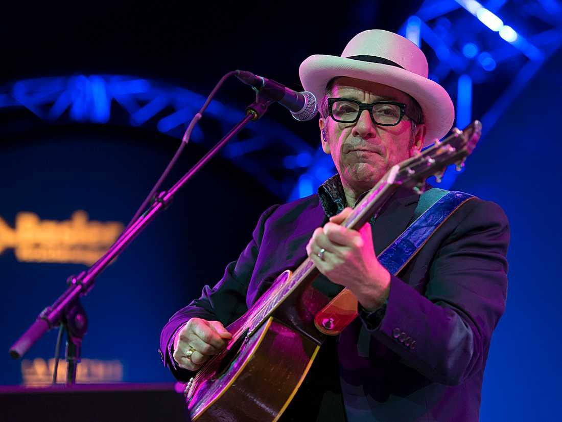 Elvis Costello i den svårburna looken hatt och glasögon.