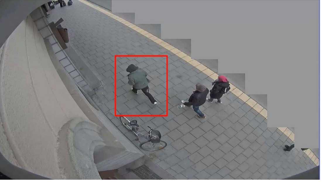 Casino Cosmopol 15:00:00 Akilov springer förbi Casino Cosmopol, Kungsgatan 65. Man kan tydligt se hålet i höger byxben samt i ryggslutet på jackan.