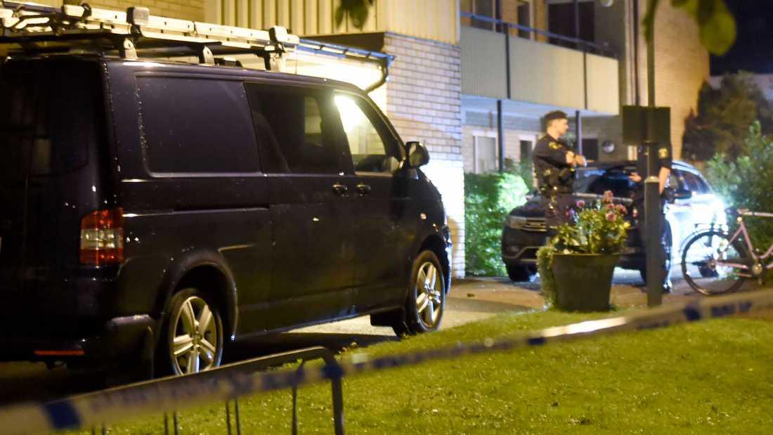 En kvinna hittad död i lägenhet. Polis på platsen.