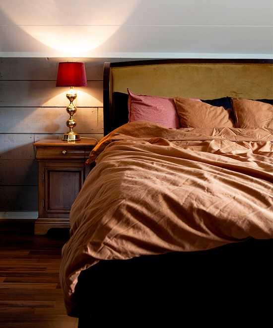Mustiga färger i sovrummet. Lakan från H&M home, sänggavel från Ellos.